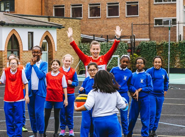 Maddie Hinch joins in with children at the TeamUp London day (sportsbeat)