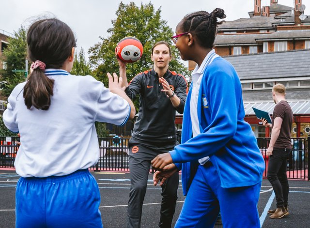 England Netballer Rachel Dunn (centre) passes the ball and her knowledge to the next generation (Sportsbeat)