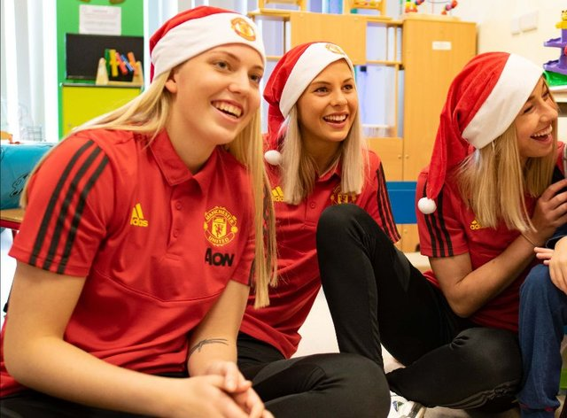 Man Utd Manager And Players Spread Some Early Christmas Joy On Visit To Childrens Hospital Newschain