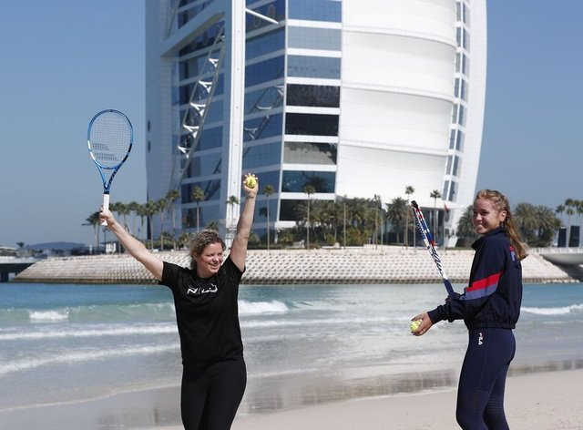 Clijsters and Kenin knock up on the stunning Dubai beach (Twitter: @news1)