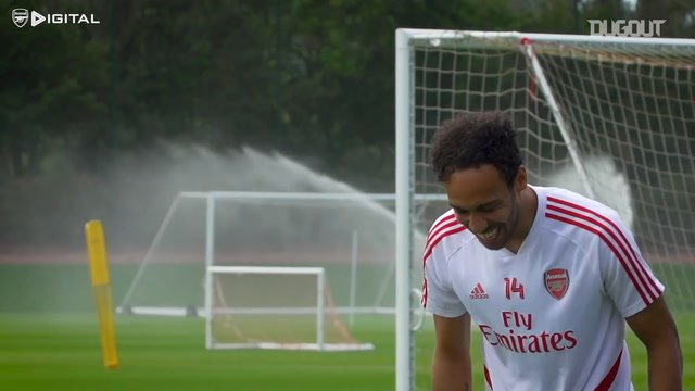Aubameyang shows off his dance moves in Arsenal training