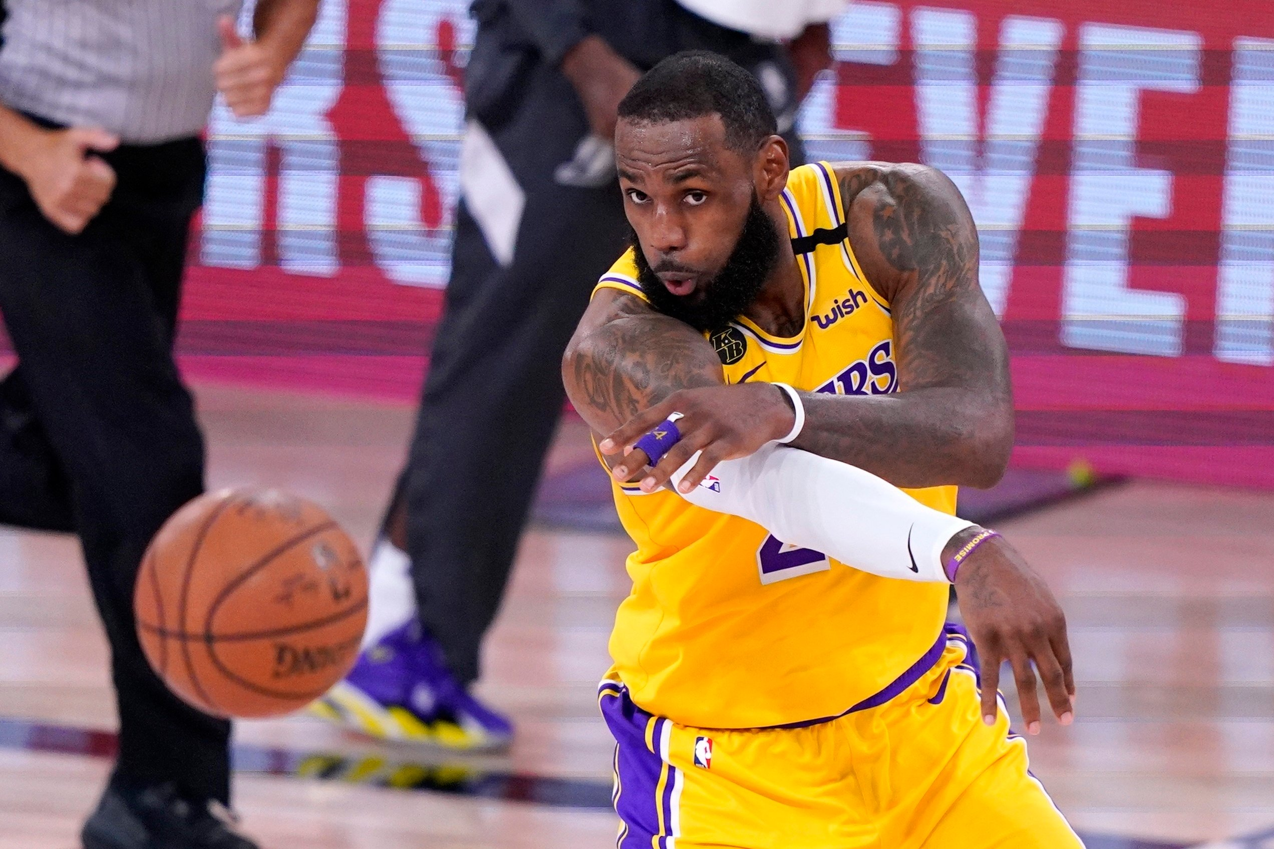 Los Angeles Lakers beat Denver Nuggets to take 1-0 series lead
