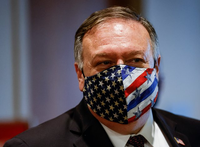 Mike Pompeo wearing US flag mask