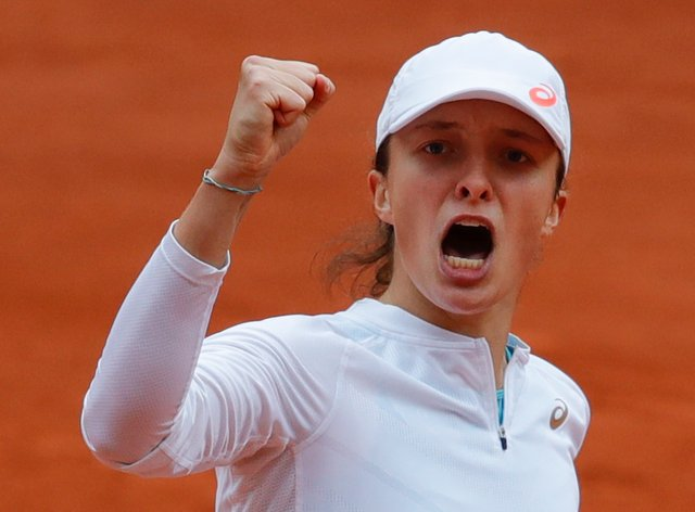 Iga Swiatek clenches her fist during her victory over Nadia Podoroska