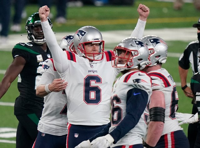 The New England Patriots' Nick Folk, centre, kicked the winning field goal against the New York Jets