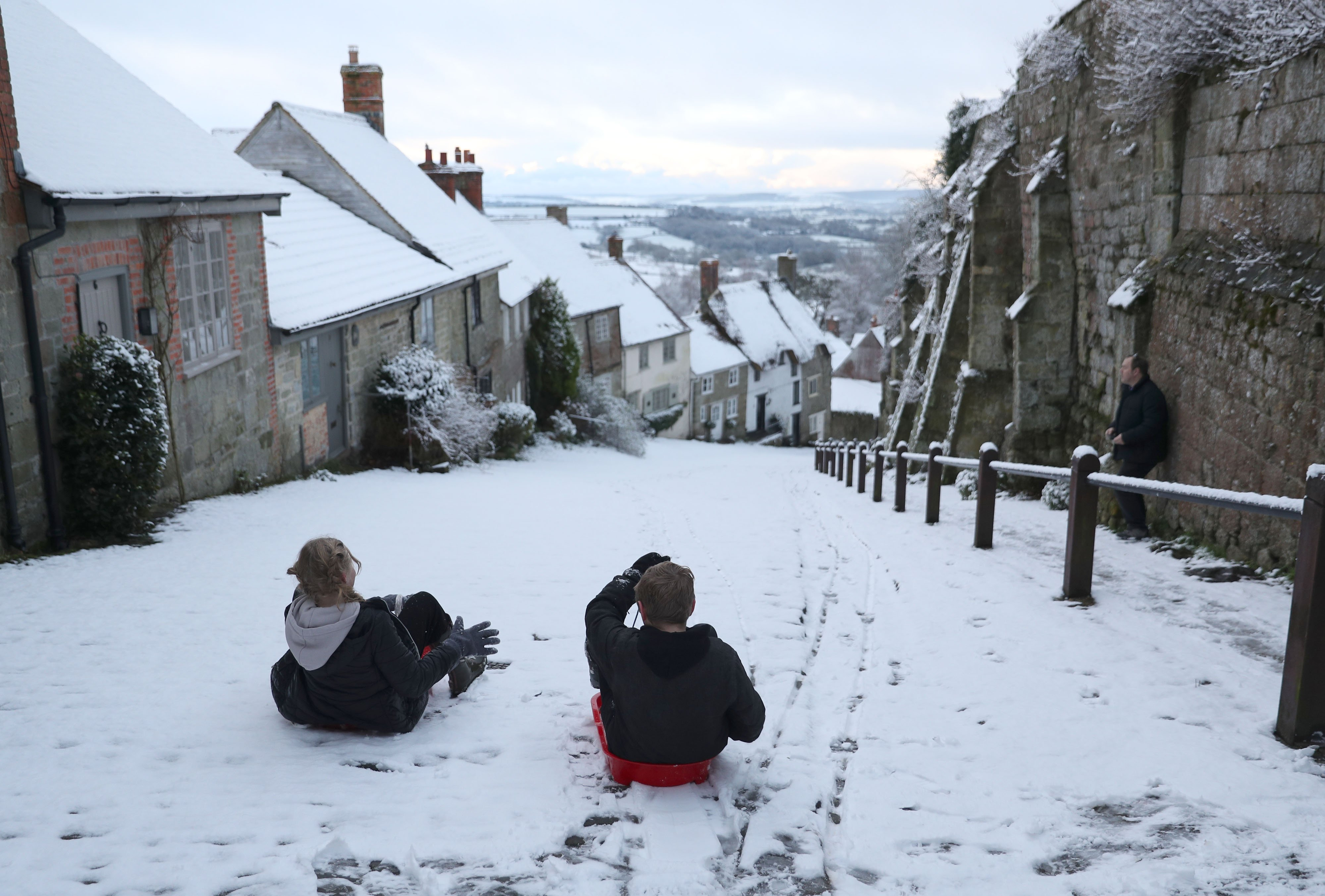 In Pictures: Fun in the snow as temperatures tumble