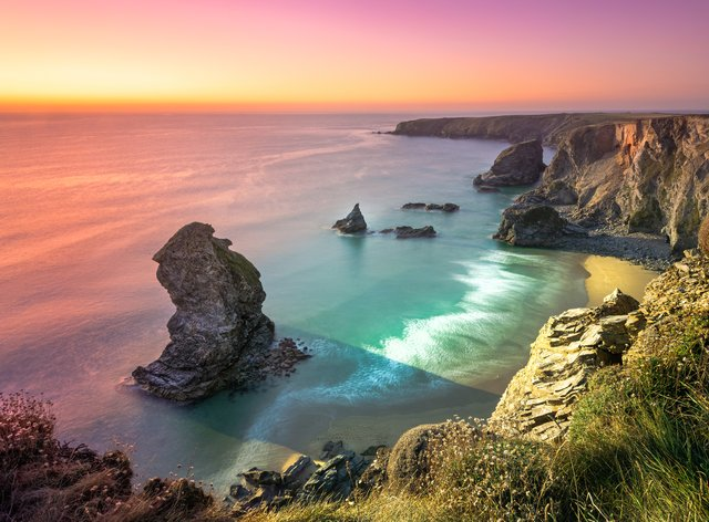Carnewas and Bedruthan Steps is a stretch of coastline located on the north Cornish coast between Padstow and Newquay, in Cornwall