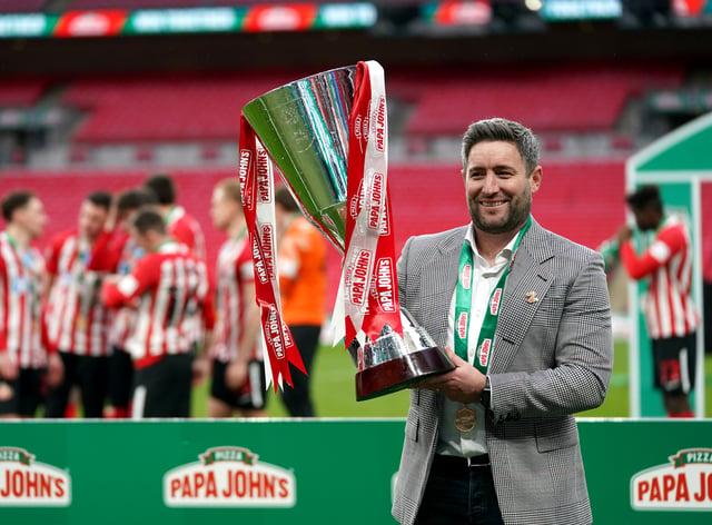 Lee Johnson lifts the Papa John's Trophy