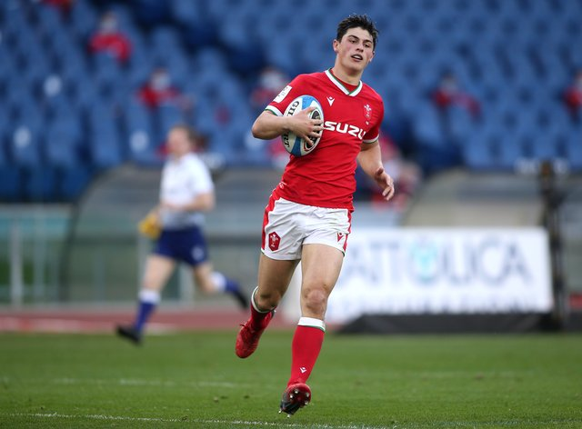 Louis Rees-Zammit in action for Wales