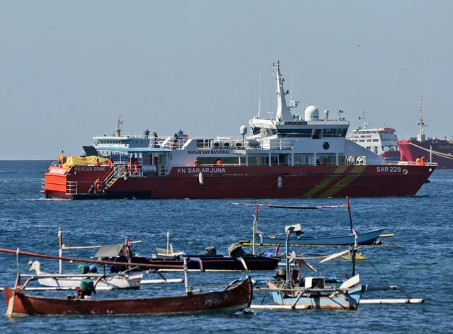 Rescue ships in the search for submarine KRI Nanggala (AP)