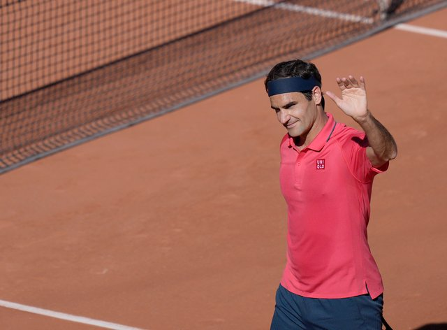 Roger Federer waves to the crowd after beating Denis Istomin