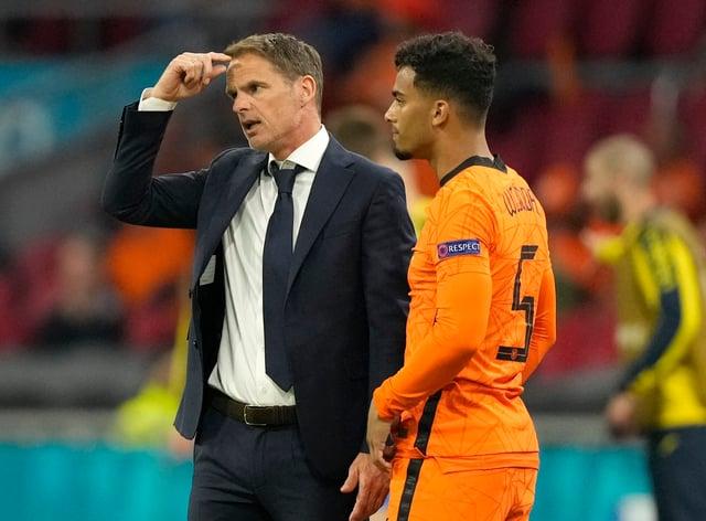 Holland coach Frank De Boer scratches his head as he waits to send on substitute Owen Wijndal