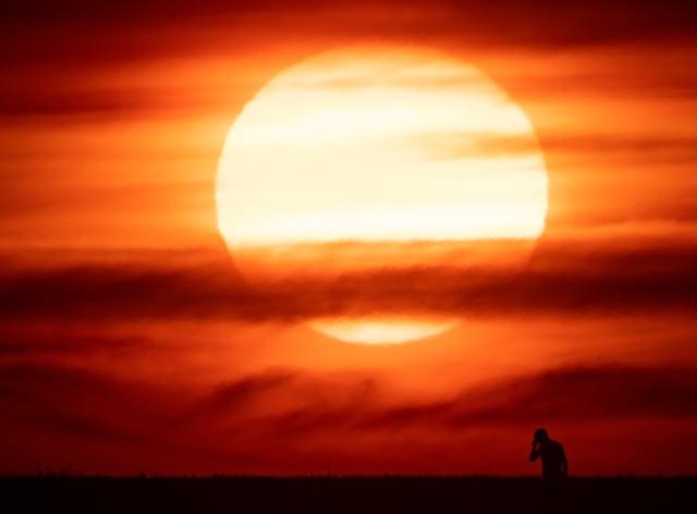 The sun sets in Chesterton, Warwickshire