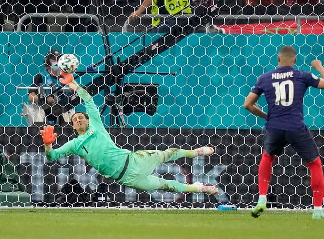 <p>Yann Sommer saved Kylian Mbappe's penalty</p>